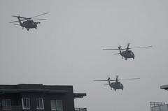 小雨降る中、UH−60三機編隊