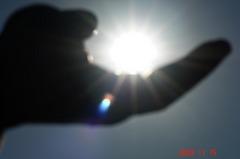 掌に太陽を転がして見る。クリックすると大きくなります。R1