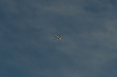 上空の旅客機。クリックすると大きくなりますR1。