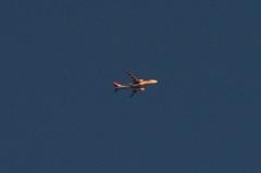 はるか上空の多分JALのB−767、夕日を浴びて赤く輝いていました。クリックすると大きくなりますR1。