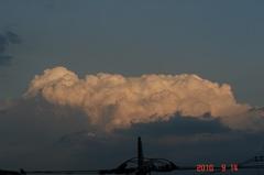 東の空に眩しく積乱雲。クリックすると大きくなりますR1。