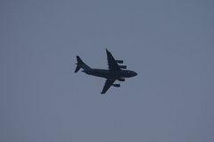 はるか上空にグローブマスター�V。α55 SLT-A55VY DT55-200mm F4-5.6 SAM。クリックすると大きくなります。